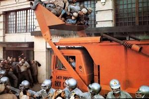 Répression d'une émeute de la faim dans le futur surpeuplé de Soleil Vert (Richard Fleisher, 1973).